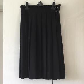 Så smuk plisseret nederdel fra COS. Falder så smukt. Kun brugt to gange.  Se også mine øvrige annoncer med Aiayu, Graumann, Stella McCartney, Jerome Dreyfuss og mange andre lækre mærker.