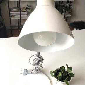 Ilva bordlampe i farven hvid 💡  Byd gerne kan både afhentes i Århus C eller sendes på købers regning 📮✉️