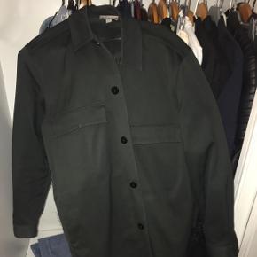 Skjorte-jakke fra COS som sjældent er blevet brugt. Den kan bruges som skjorte men også som jakke da materialet er tykt/hårdt. Jeg er en pige der har brugt den. BYD, og køber betaler fragt :-)
