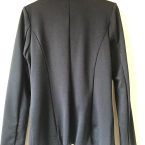 Blå jakke i strækbart stof, blød og behagelig. Kun brugt en gang.