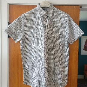 Klassisk sort og hvid ternet skjorte i ren bomuld.