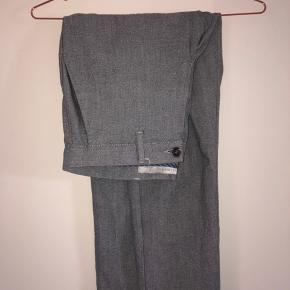 Grå bukser fra Zara. Ny pris: 250kr Sælges for min storebror. Køber betaler fragt.