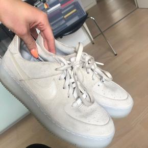 """Super lækre """"Nike Grey Ice Air Force 1 Sage trainers"""" brugt et par gange men super fine og nemme at gøre rene NP: 850 kr"""