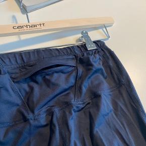 Brugt meget lidt, lille lomme bagpå (se billede)