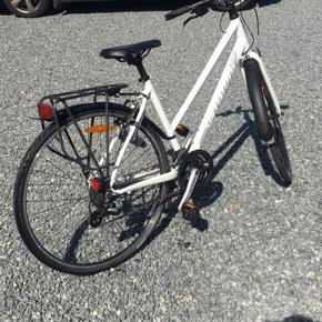 Sælger min gode cykel, da jeg ikke får den brugt nok. Den er købt lige over grænsen til Tyskland og kostede 4200kr. Den kan justeres meget og kan derfor bruges til de fleste.