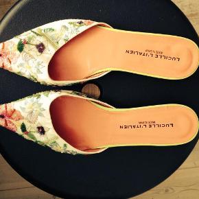 Varetype: Super smukke flade sko Farve: Hvid med multifarver Oprindelig købspris: 2499 kr.  Fantastisk flotte flade sko med masser af perler og pailletter i mange farver.