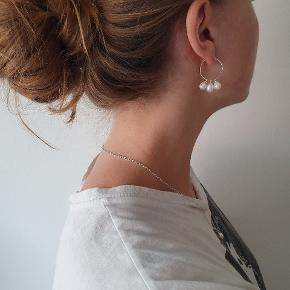 Perleøreringe i ren sterlingsølv m. Hvid ferskvandsperle fra smykkewebshop decopop.dk. Jeg sælger også matchedene halskæde. Fåes også i guld.  Købes fra ny. Gratis fragt.