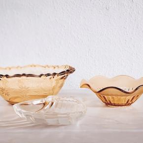 Rigtig flot farvet glas ☀️  Stor skål - solgt Lille skål solgt  Musling 50 stk . ( har to styk)   Sender gerne 💌