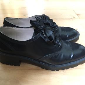 Sælger disse fine Flats/Loafers fra Zara, da de er for små. Str 37  Brugt meget få gange  Der er lidt slid foran og ved hælen (ses på billeder) men de er stadig i rigtig fin stand