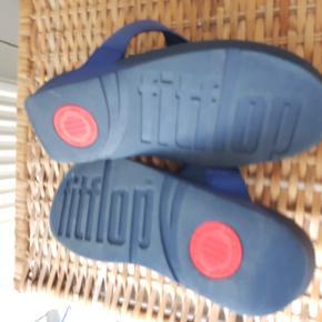 Skønne FitFlop-sandaler, let shiny blå overdel og mørkeblå såler. Brugt en enkelt gang. En helt almindelig str. 40, fra tåspids til hæl ca. 25-25,5 cm.