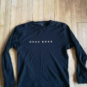 Sort HUGO BOSS bluse i størrelse large. Brugt få gange, absolut ingen tegn på brug. Nypris 800