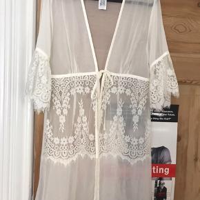 Smuk kimono i hvid med blonder. Aldrig brugt🤍