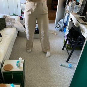 Bukser fra Zara med brede ben. Cool detaljer. Købt med et lille hul, som er dækket med et stykke stof under. Har brug for en tur med en steamer, men er så god som ny