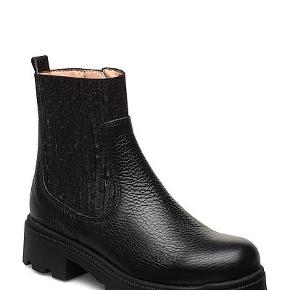Superlækre trendy boots fra Unisa med glimrende elastikker ved anklen, kun brugt 3 gange, som nye.