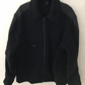Sand jakke i lækkert varmt fleece str M , pæn nyvasket og fejler intet. Fra ikke-ryger hjem