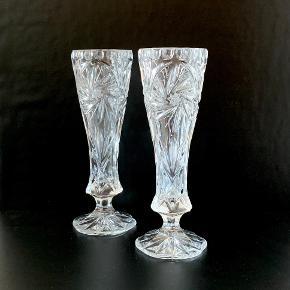 To smukke Monica Star krystal vaser på fod fra Ibsen Design. Højde: 23 cm
