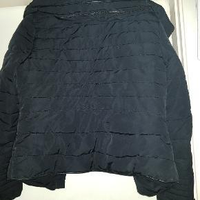 SORT JAKKE STR.M  Lækker sort vinterjakke med fake fur krave Brugt få gange og er i flot stand.  Ingen pletter, huller, fnuller eller andet grimt.