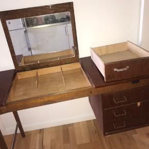 Gammelt og meget flot skrivebord til salg. Det blev købt på auktion, da jeg gerne ville renovere det, men vil gerne prøve at sælge det istedet.  Ekstra skuffe følger med, der også trænger til at blive limet. Spejlet skal også skiftes ud