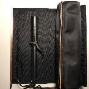 GHD krøllejern, soft curl tong. Næsten ikke brugt og er derfor i perfekt stand. Inkl. original æske og taske med heat resistant måtte. Kan sendes på købers regning. Kvittering haves ikke.