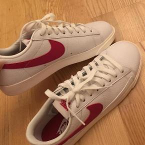 Jeg sælger disse fede Nike Blazer Low sneakers i hvide med røde detaljer. Aldrig brugt, Nypris 650kr