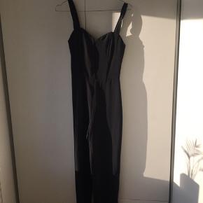 Flot buksedragt fra H&M i sort. Brugt 3-4 gange. Lidt lille i størrelsen.