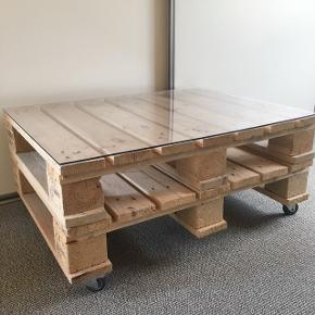 Lyst plankebord med glasplade og hjul                        Lavet af europaller               Hylder i siderne evt. til bøger                                                    ☀️☀️☀️                ~ Byd gerne og skriv endelig ~             🌸 Rabat ved køb af flere ting 🌸                       👇🏻            👇🏻            👇🏻