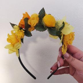 Lavet af genbrugs blomster i plastik. Hjemmelavet. Jeg kan lave i andre farver.