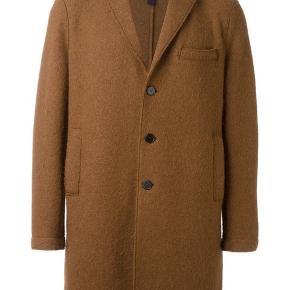 HARRIS WHARF *NY*  Str 36-40, jeg er selv en 38.  Lange ærmer man kan folde op og ned. Rigtig lækker frakke- kan også bruges indenunder en større frakke eller som blazer.   100% alpaca  Nypris 709€ //5289 DKK  Fra LOT29