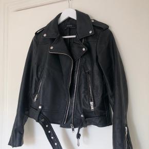 Super fed jakke fra Zara Basic 🖤 Brugt lidt i en periode, har minimale tegn på slid bagpå samt ved den ene lomme - ikke noget man lægger mærke til 💛  100% polyester.   Røg- og dyrefrit hjem 🌱 Sender med DAO 📦