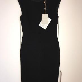 Super flot Emilio Pucci kjole til salg.  Farve Sort  Størrelse (Label) Italiensk 42 / Fransk 38 / USA 8 / UK 10 / M  kjolen er helt ny og har originale tags  Kom med et bud