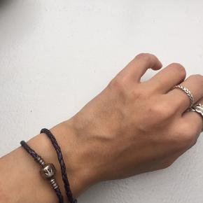 Sælger dette fine armbånd fra Pandora. Det har været brugt men dog stadig i fin stand.  Np: 300kr  Vedhæng kan købes til