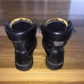 Varetype: Støvler Farve: Sort Oprindelig købspris: 6400 kr. Prisen angivet er inklusiv forsendelse.  Balmain Taiga boots i sort læder str 38. Brugt men er i rigtig fin stand. (Bytter ikke)