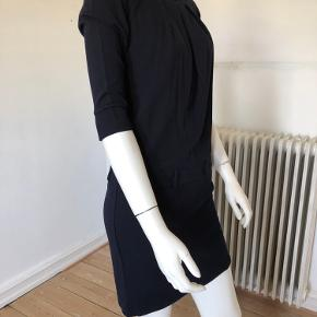 Flot kjole fra Sportmax Max Mara.  Brugt men fejler intet.  Længde: 90 cm.  Brystvidde 90 cm.  Mørkeblå farve.  Byttes ikke.