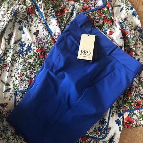 Brand: Heartmade og PBO Varetype: Bukser og silkeskjorte Farve: Blå  Super lækre bukser i 3/4 længde eller h ad det hedder når det sommerstumper. Silkeskjorte med blomsterpragt, der passer perfekt til i farven. Bukserne er fra pbo i str 36 Silkeskjorten er fra Heartmade i str 34 (stor i str)