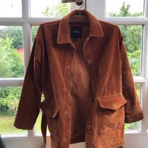 Sommer/efterårs jakke fra monki størrelse xs men kan også passe en small. Ikke brugt så meget
