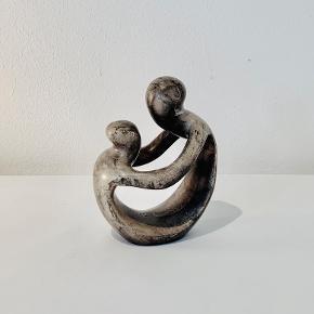 """Shona fedtstensfigur - """"Mor med barn"""", udført i sort/grå fedtsten. Højde: 10 cm"""