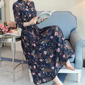 Mørkegrøn eller mørkeblå kjole med blomster, elastik i taljen og bånd i halsen💙💚