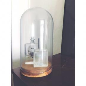 Glasklokke med træbund. Som ny