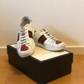 Sælger mine elskede Gucci sko. De er købt på Gucci hjemmeside, så ALT medfølger. Det er en str 37 men de er store i numrene. Skriv PB for interesse eller mere info