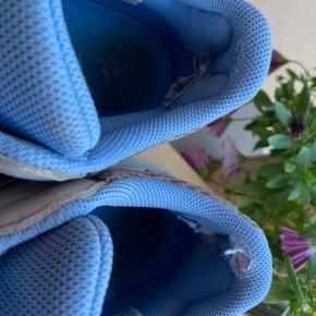 Fede Adidas Yeezy boost 700. Min søn har kun brugt dem kort. Men de har skade indeni begge sko ved hælen. Og en smule skidt på skindet på snuden. Nypris 2600kr Ved ikke hvad man kan få for sådan et par??? Kvittering og flere fotos kan sendes.