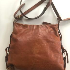 Rigtig fin og praktisk taske med plads til ipad eller lille laptop. Super flot patina. Mål: B 30, H 28 og bund ca 5 cm.