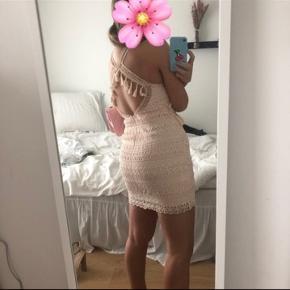 Brugt én aften. Unik kjole - er blevet skræddersyet over brystet, så den passer lidt bedre.  Ikke-ryger hjem.  🌼🌺