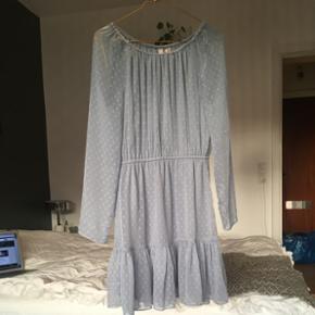 Flot kjole fra H&M. Fin i stoffet og med underkjole, så den ikke er gennemsigtig. Også flot med en strik uden over🙌🏼 str. 36 / S. Fra halsudskæring og med for enden er den 81 cm foran. Går mig 10 cm over knæet og jeg er 167 høj