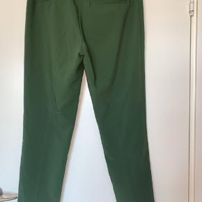 Mørkegrønne bukser fra H&M i str. 42.  Bukserne har et indbygget bælte så man kan stramme dem ind i taljen og de har et slids for enden af buksebenet   #30dayssellout