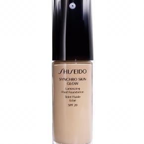 Shiseido Synchro Glow Foundation, Farve: Neutral 1. Brugt en gang.   En flydende foundation, der giver en naturlig sund glød. Let til medium dækkeevne Via avanceret teknologi balancerer den hudens tilstand og hudtone i løbet af hele dagen, hvilke gør den ideel til alle hudtyper, og til dig som ønsker en naturlig makeup med en smuk udstråling.