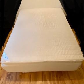 Kom med et bud! Den skal sælges! :-) Ikea halvandenmands seng 140*200 cm inkl boxmadras til salg. 4 ben + støtteben i midten medfølger (20 cm høje), så der er plads til bedrollers.  Mærket på sengen er Sultan Sagvåg og mærket på boxmadressen er Sultan Tafjord.  Sengen er ca. 8 år gammel, men kan sagtens bruges mange år endnu. Topmadras plus lagner kan medfølge hvis du ønsker det, men dette er brugt.