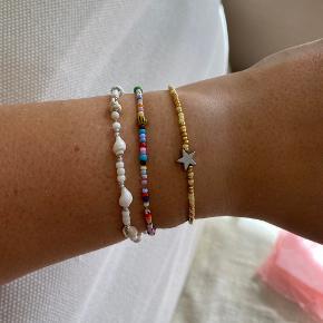 Smukkeste armbånd i gule og guld perler med en stjernesten i sølv.  Lavet i elastisk og måler 18 cm.  ————————  🌸 HUSK 🌸 at du kan lægge flere af mine varer i din kurv og kun betale porto én gang ✨  ————————
