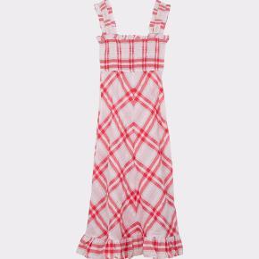 Den populære Seersucker Dress fra Ganni i rød. Brugt få gange. Bytter ikke.