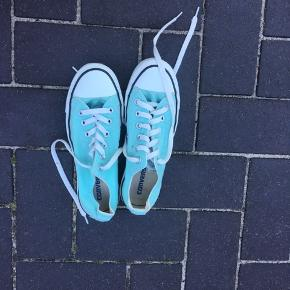 Converse sneakers i den lave model.