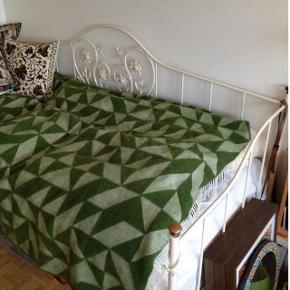 Fin prinsesse seng sælges uden madras. Passer til 90cm boxmadras. Nypris Ilva ca 3600kr